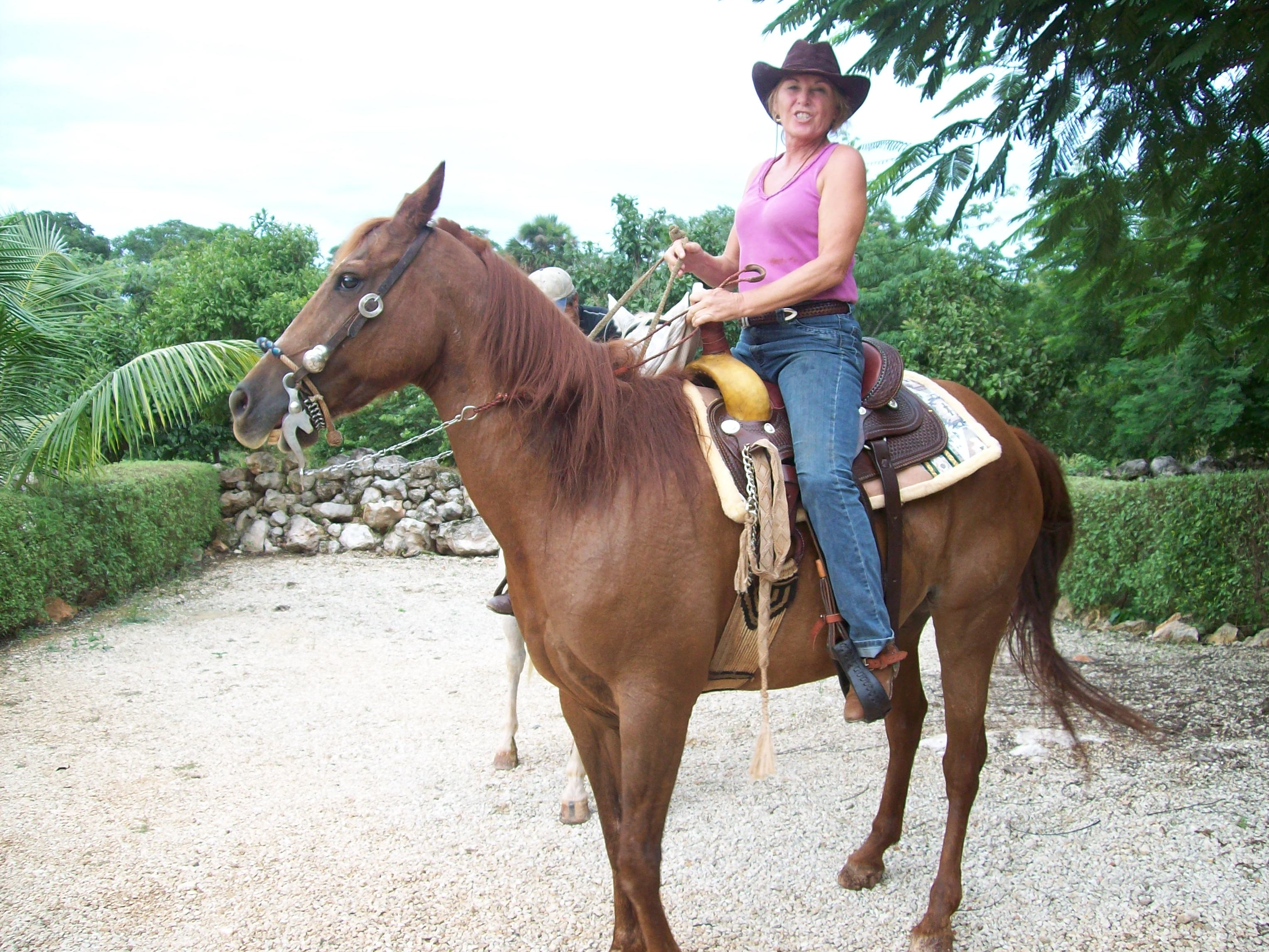 Horse riding comes to st elena thepickledonionyucatan 39 s blog for Places to go horseback riding near me